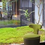 喜多俊之デザインの椅子と坪庭